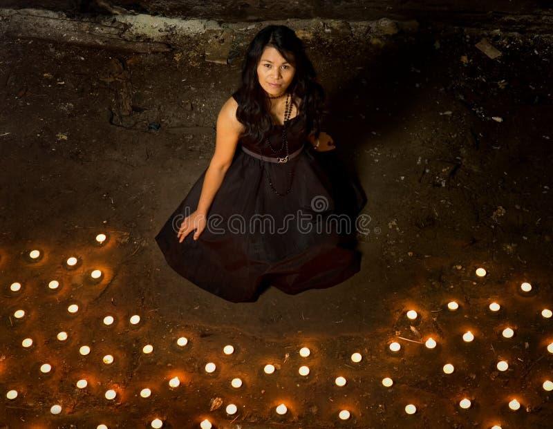 Femme avec des bougies photo libre de droits