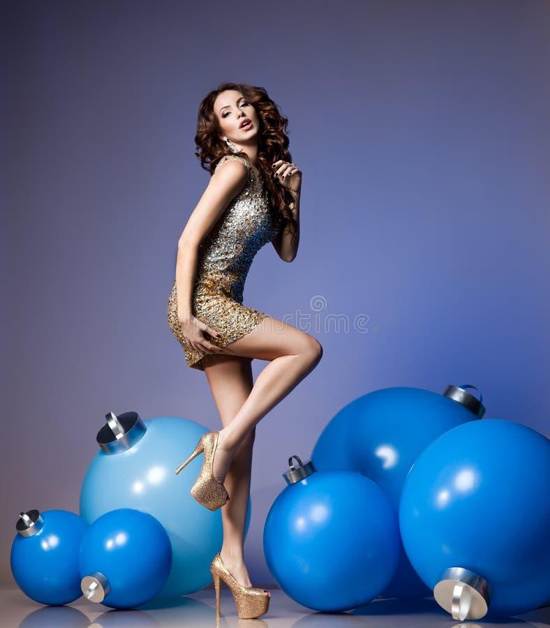 Femme avec des boules de Noël photos libres de droits