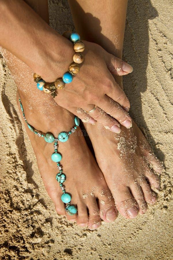 Femme avec des bracelets sur le sable de plage photos libres de droits