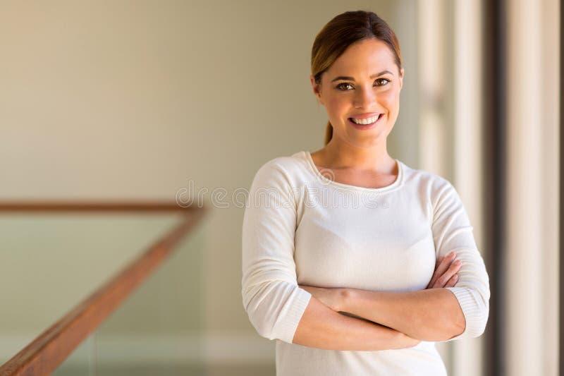 Femme avec des bras croisés images libres de droits