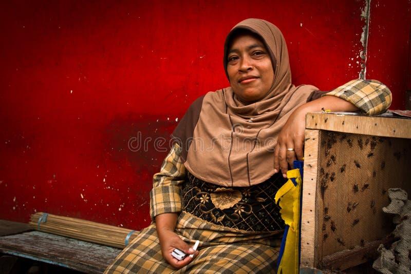 Femme avec des cancrelats des marchés d'oiseau de Malang, Indonésie images stock