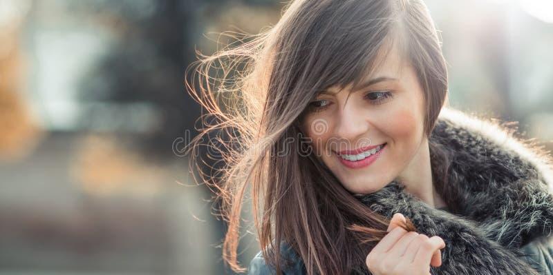Femme avec des cheveux soufflant dans le vent photo stock