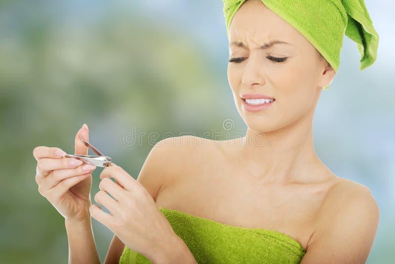 Femme avec des ciseaux de clou photos stock