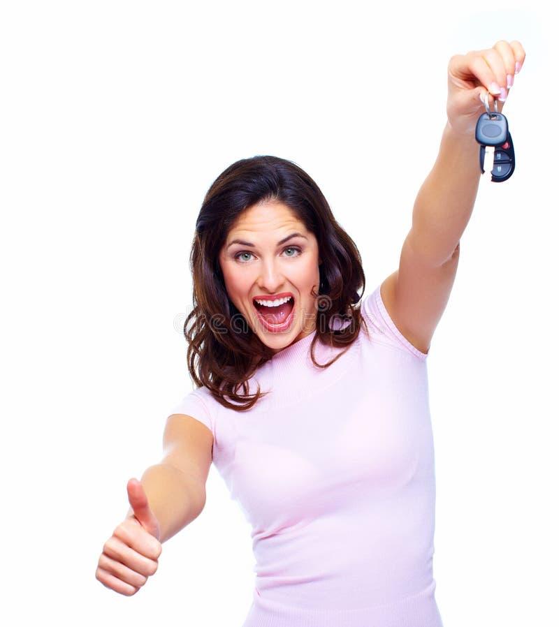 Femme avec des clés d'une voiture. image stock