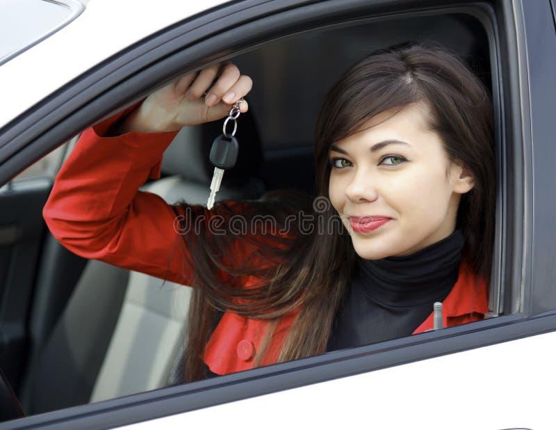 Femme avec des clés de véhicule images libres de droits
