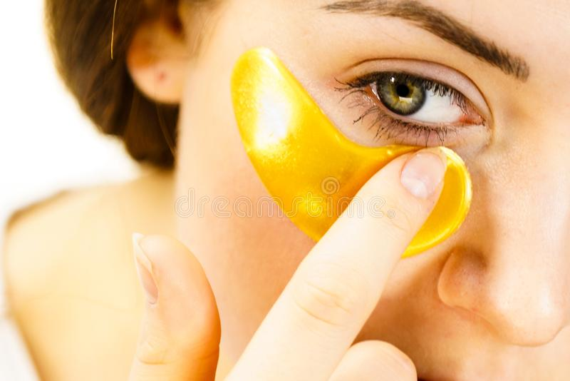 Femme avec des corrections d'or sous des yeux photos stock