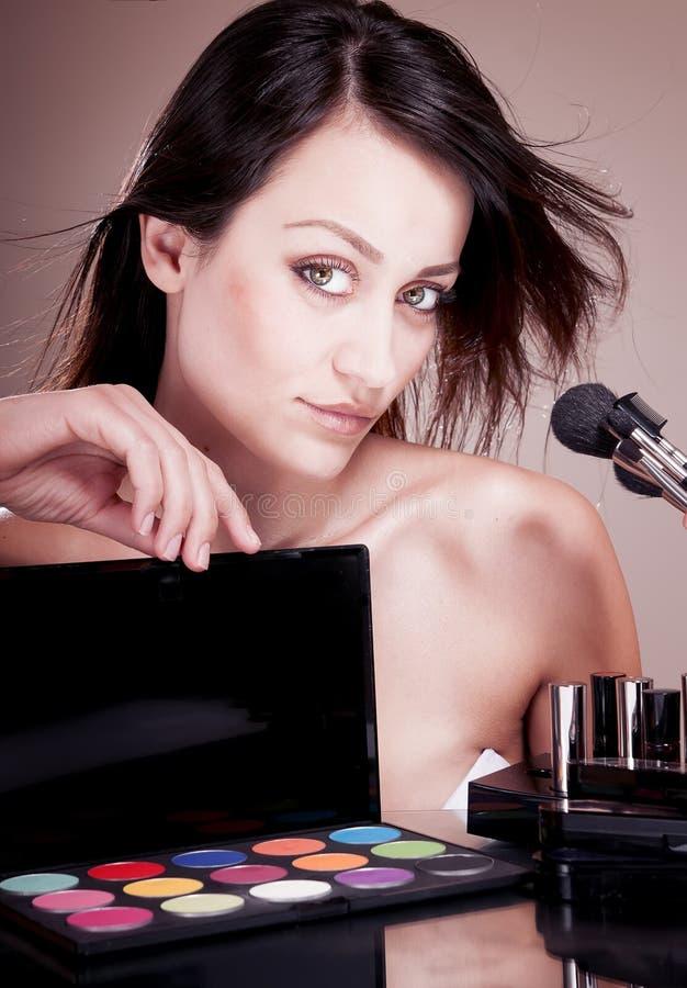 Femme avec des cosmétiques pour le maquillage. photo stock