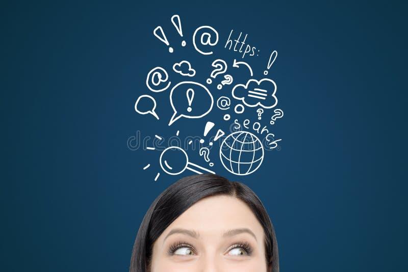 Femme avec des croquis de recherche d'Internet sur le mur bleu-foncé photo libre de droits