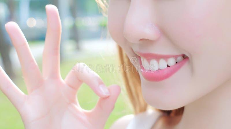 Femme avec des dents de santé photographie stock