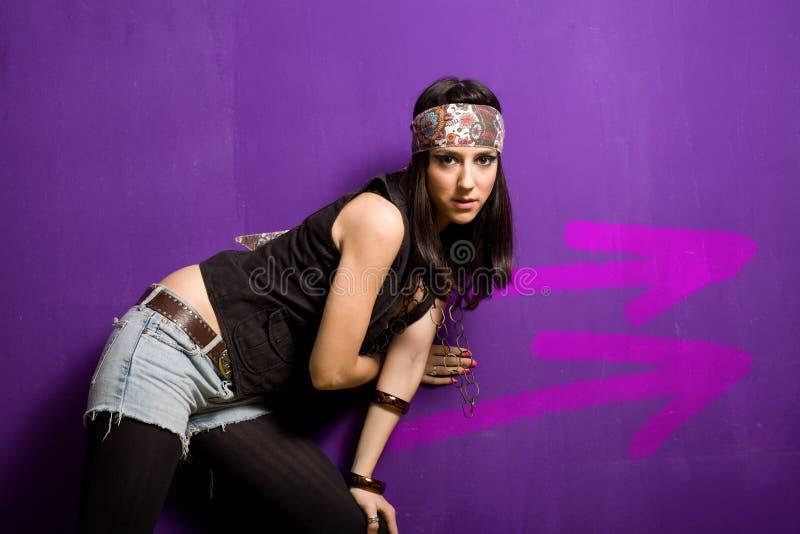 Femme avec des flèches sur le mur image stock