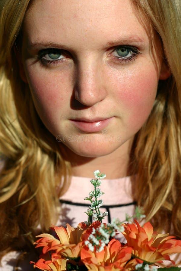 Download Femme avec des fleurs photo stock. Image du femelle, ressort - 91104