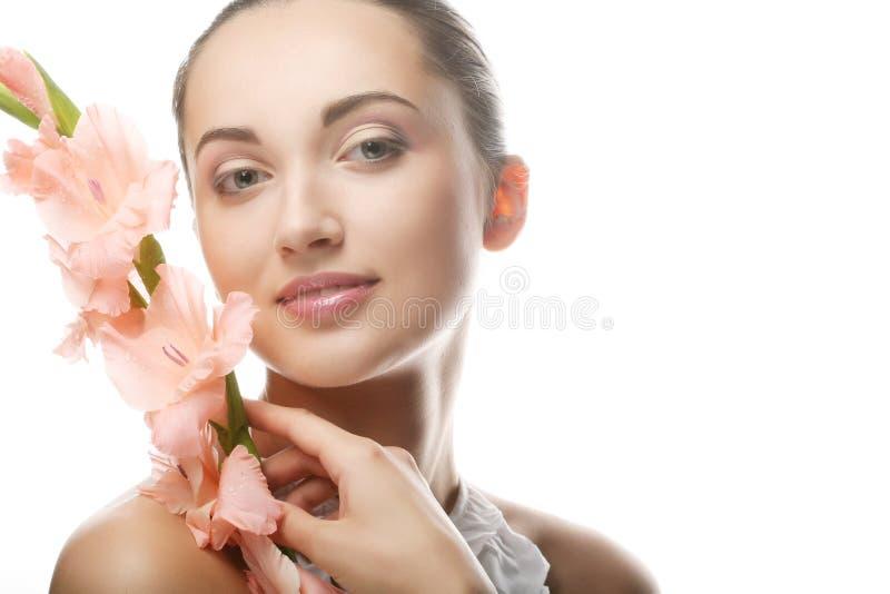 Femme avec des fleurs de gladiolus dans des ses mains image stock