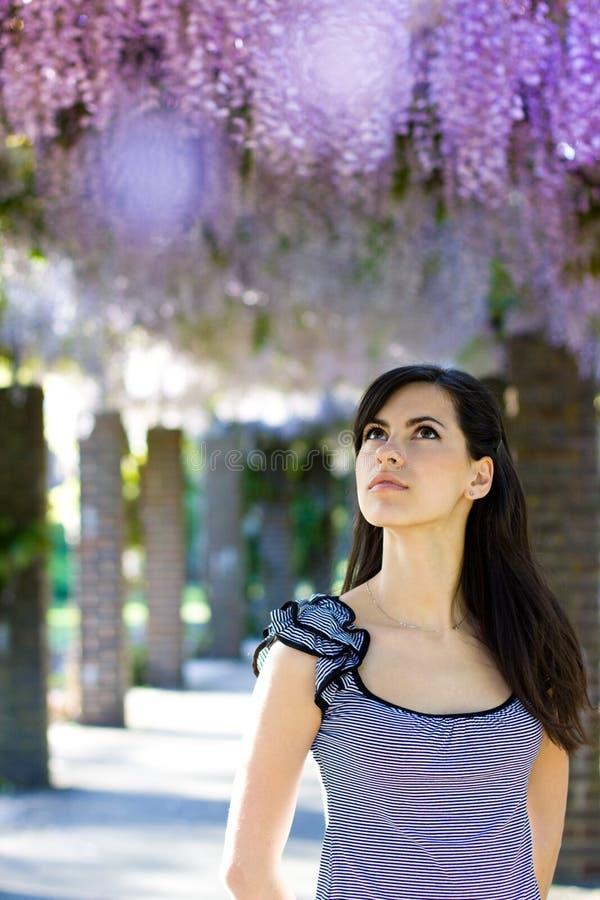 Femme avec des fleurs de glycines. Source photos libres de droits