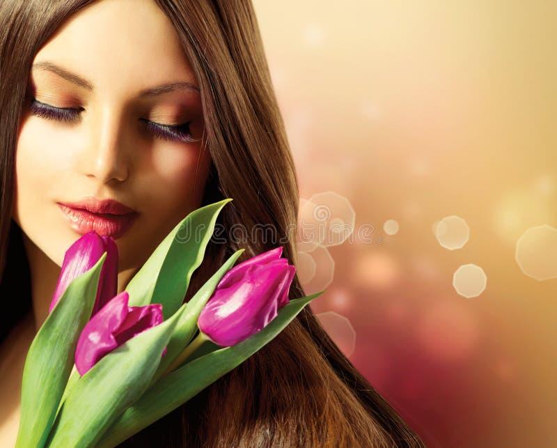 Femme avec des fleurs de ressort photographie stock
