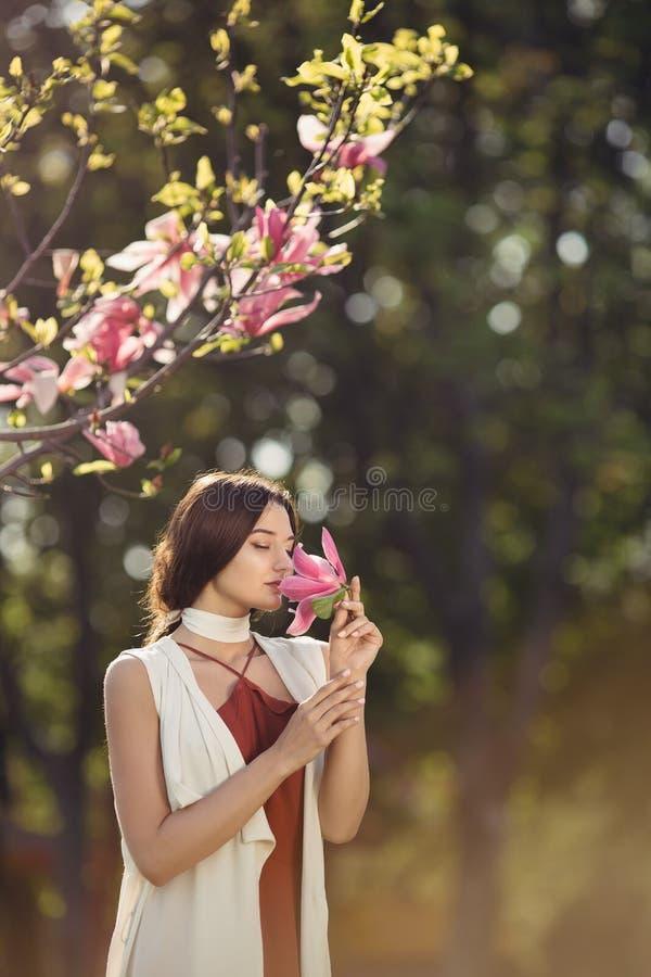 Femme avec des fleurs dehors photo stock