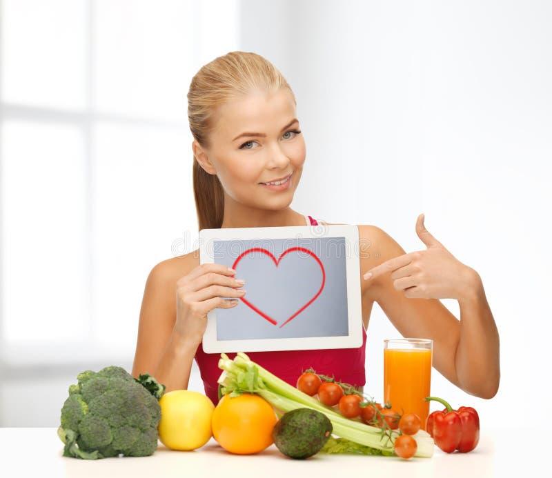 Femme avec des fruits, des légumes et le PC de comprimé photos stock