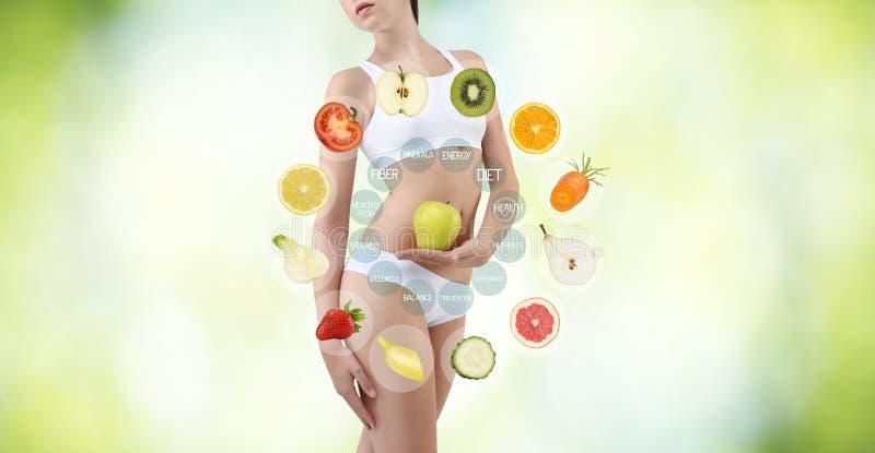 Femme avec des fruits et légumes, concept de soin de corps de régime, isolat images libres de droits