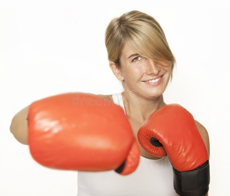 Femme avec des gants de boxe image libre de droits