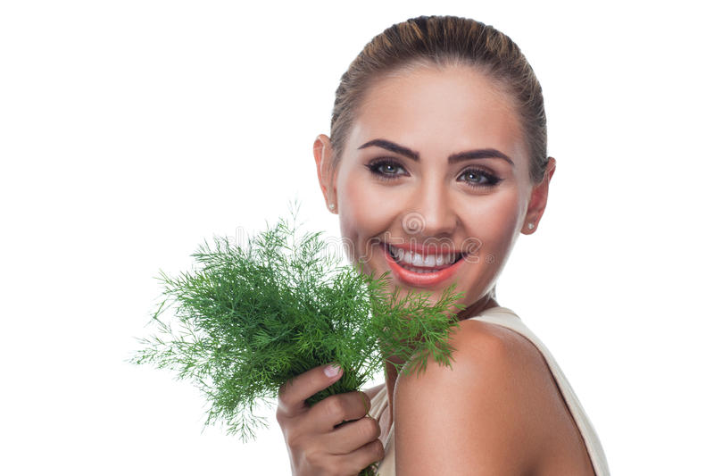 Femme avec des herbes de paquet (aneth) photos stock