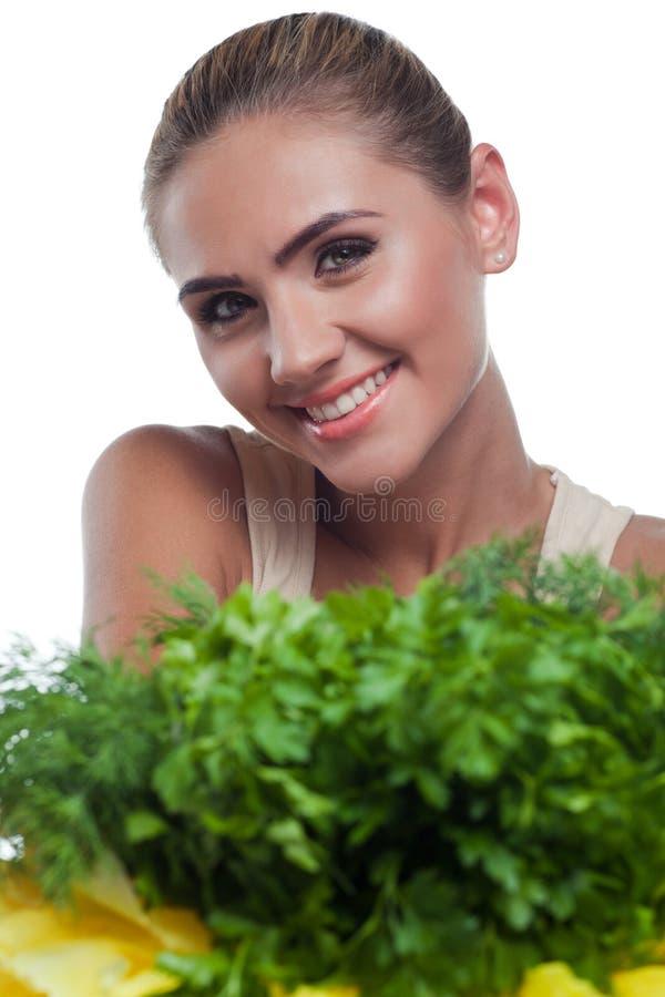 Femme avec des herbes de paquet (salat) photo libre de droits
