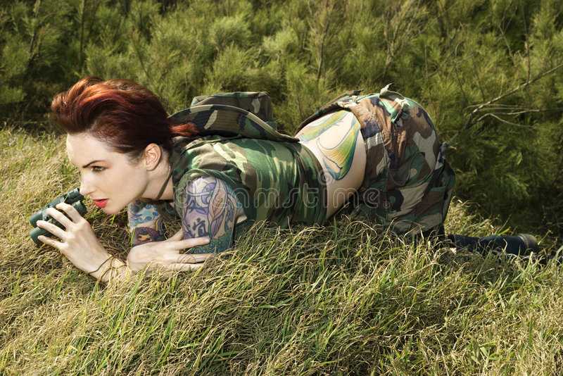 Femme avec des jumelles photos stock