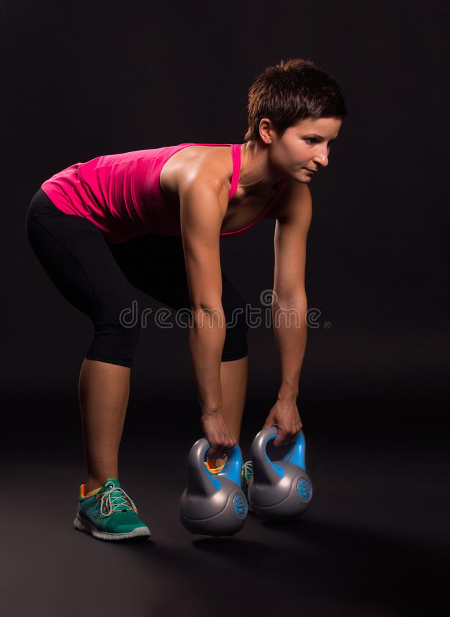 Femme avec des kettlebells images stock