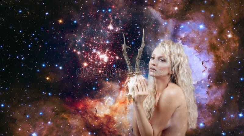 Femme avec des klaxons Le zodiaque de Capricorne se connectent sur le fond de ciel nocturne images stock