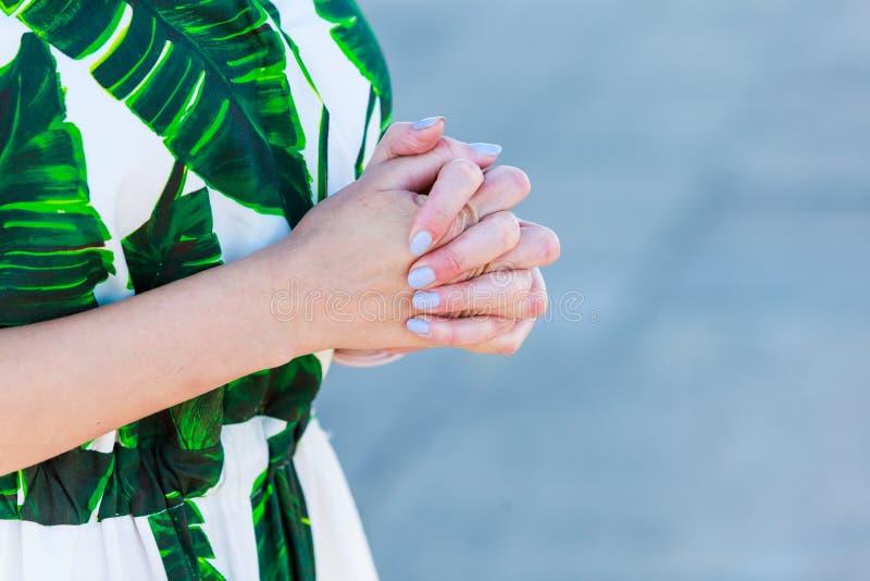Femme avec des mains pliées photographie stock