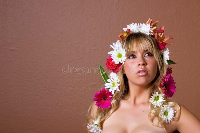 Femme avec des marguerites image stock