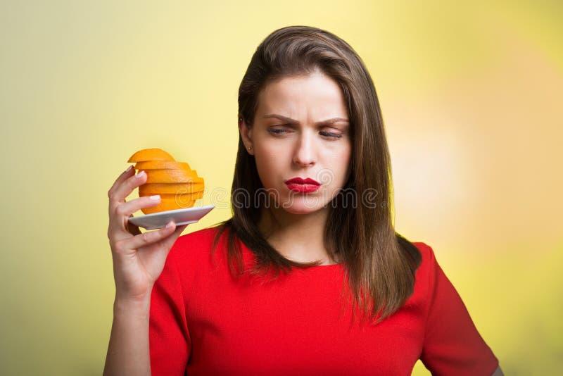Femme avec des oranges photos stock