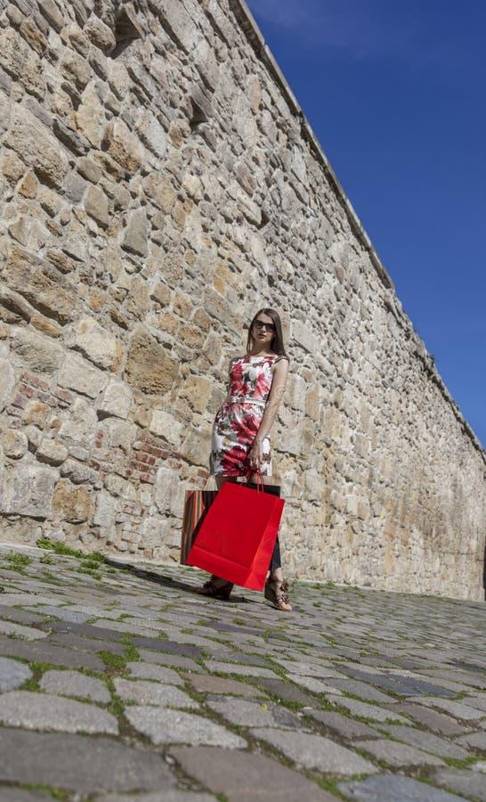 Femme avec des paniers dans une ville photos stock