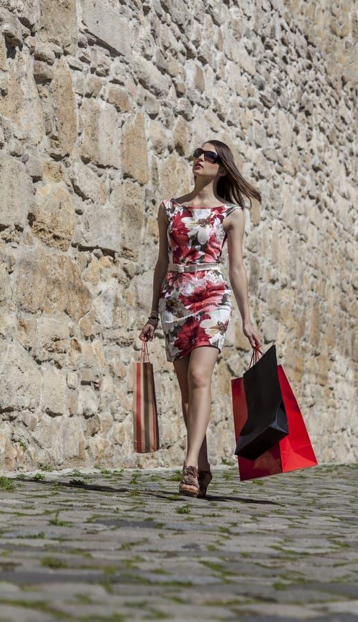 Femme avec des paniers dans une ville images libres de droits