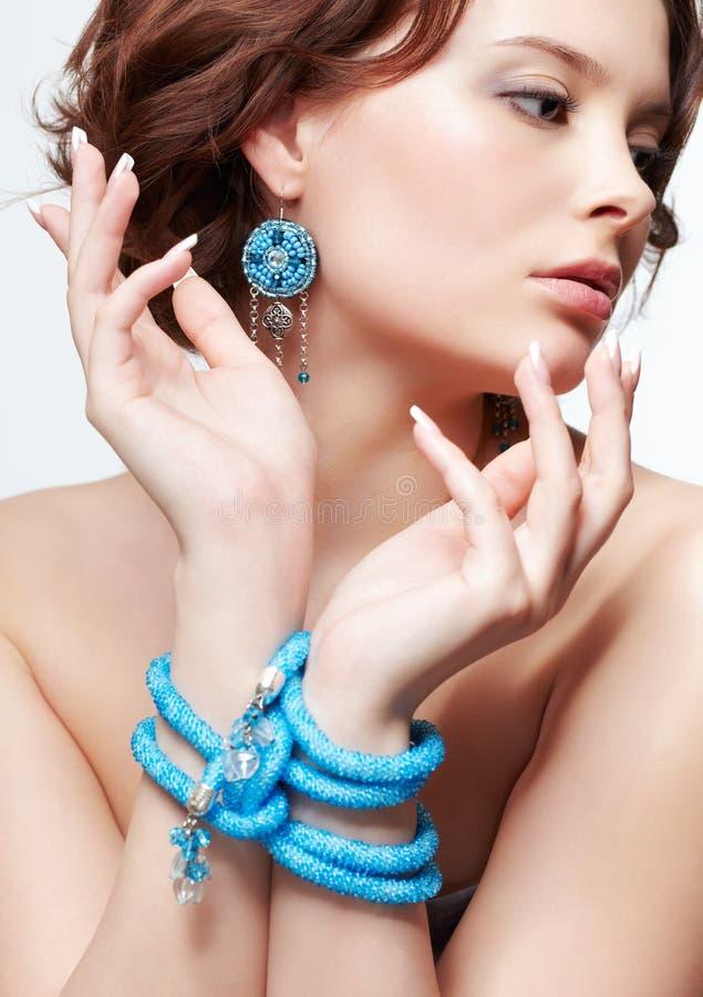 Femme avec des perles de sarcelle d'hiver photographie stock