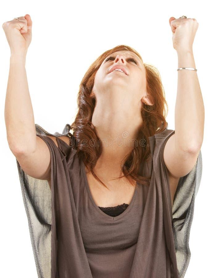 Femme avec des poings dans le ciel images stock