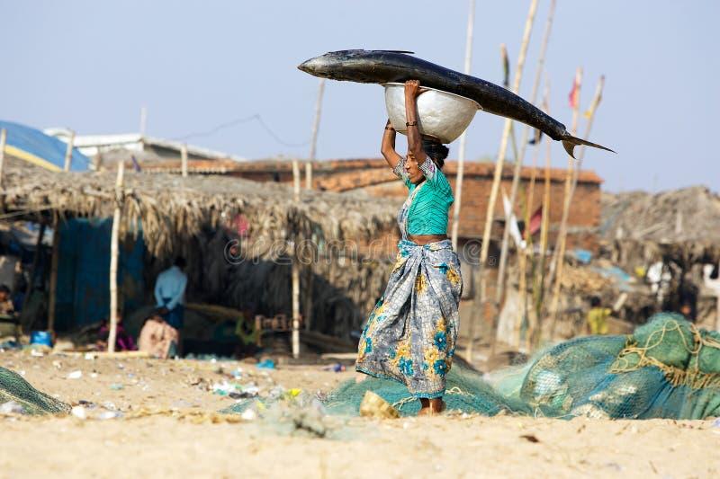 Femme avec des poissons au marché de poissons photographie stock