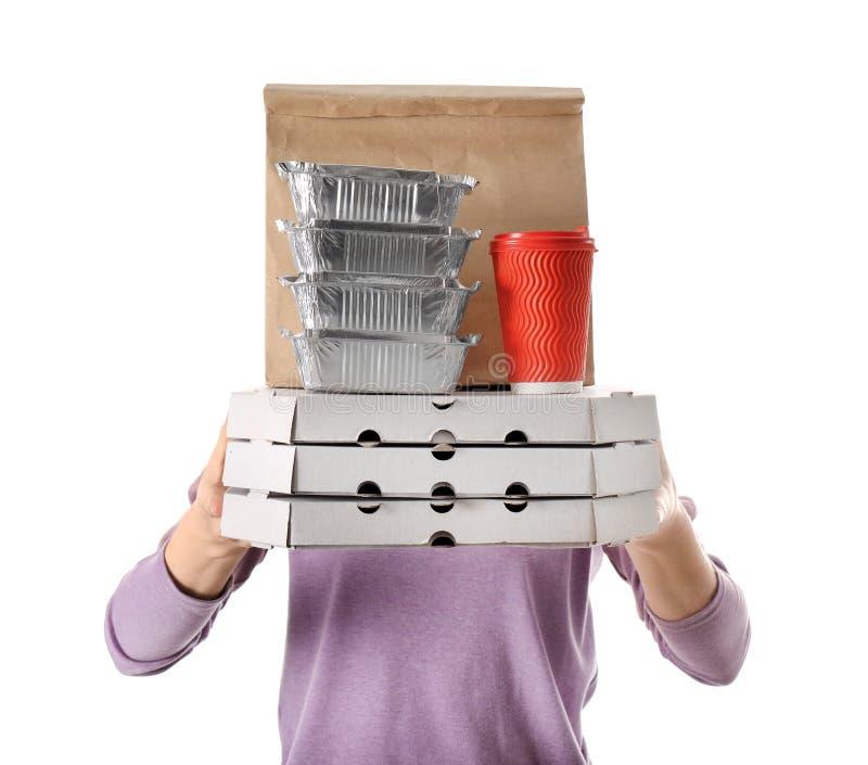 Femme avec des produits dans le sac de papier et des conteneurs sur le fond blanc Service de distribution de nourriture image libre de droits