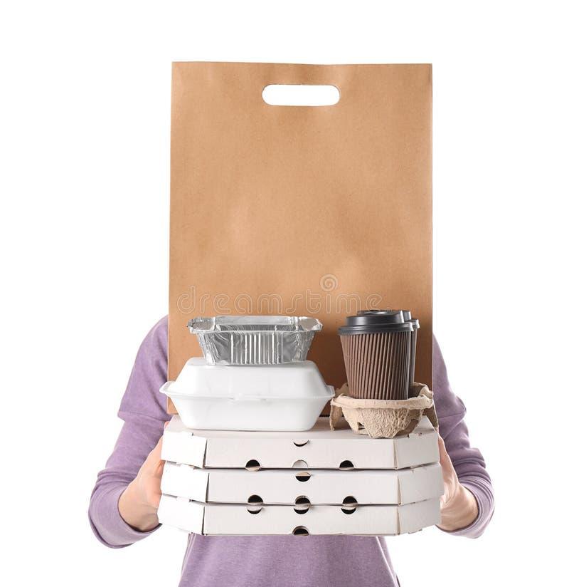 Femme avec des produits dans le sac de papier et des conteneurs sur le fond blanc Service de distribution de nourriture photographie stock libre de droits