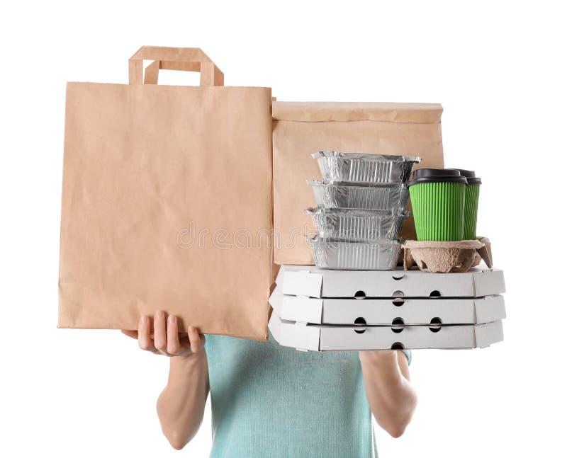Femme avec des produits dans des sacs en papier et des conteneurs sur le fond blanc Service de distribution de nourriture photo stock