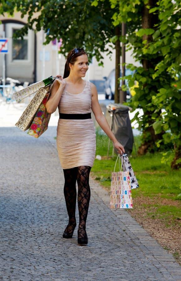 Femme avec des sacs à provisions tout en faisant des emplettes photo libre de droits