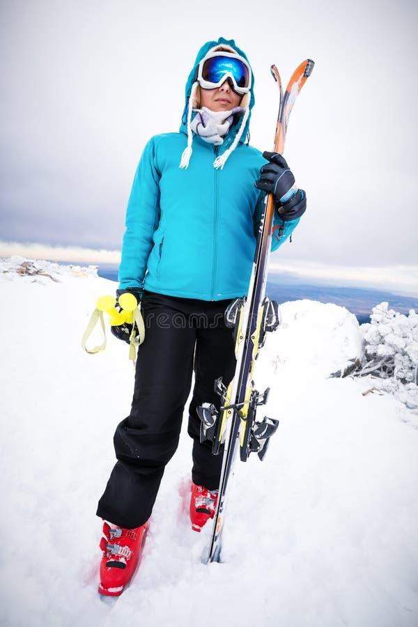 Femme avec des skieurs photographie stock