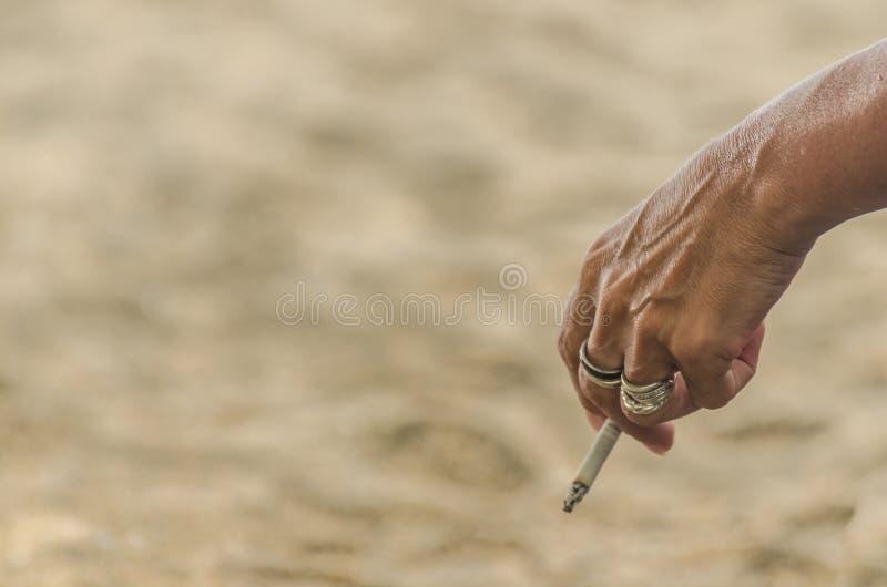 Femme avec des smocks de cigarette photographie stock