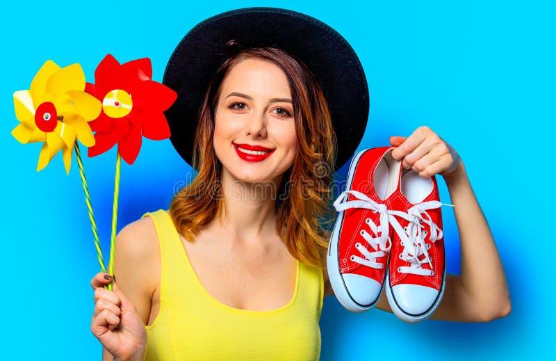 Femme avec des soleils et des chaussures en caoutchouc images stock