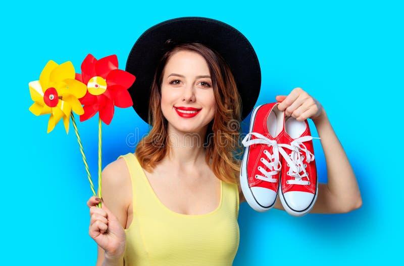 Femme avec des soleils et des chaussures en caoutchouc photo stock