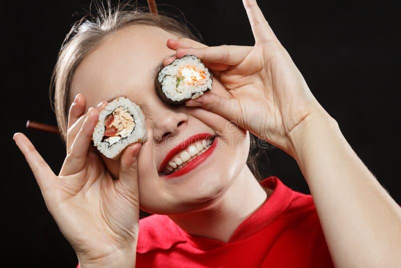Femme avec des sushi images stock