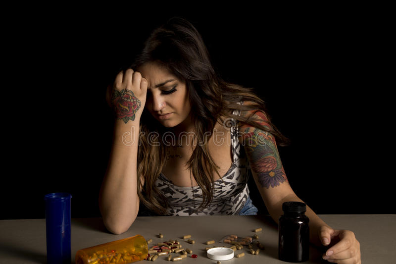 Femme avec des tatouages avec la main de drogues sur le front image libre de droits