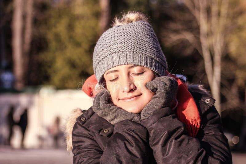 Femme avec des vêtements d'hiver Écharpe, manteau, chapeau et gants image stock