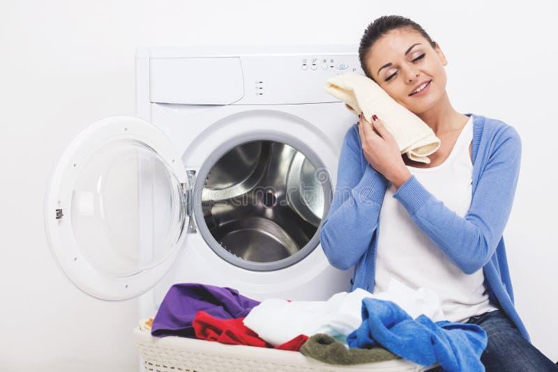 Femme avec des vêtements dans des mains après lavage photos stock