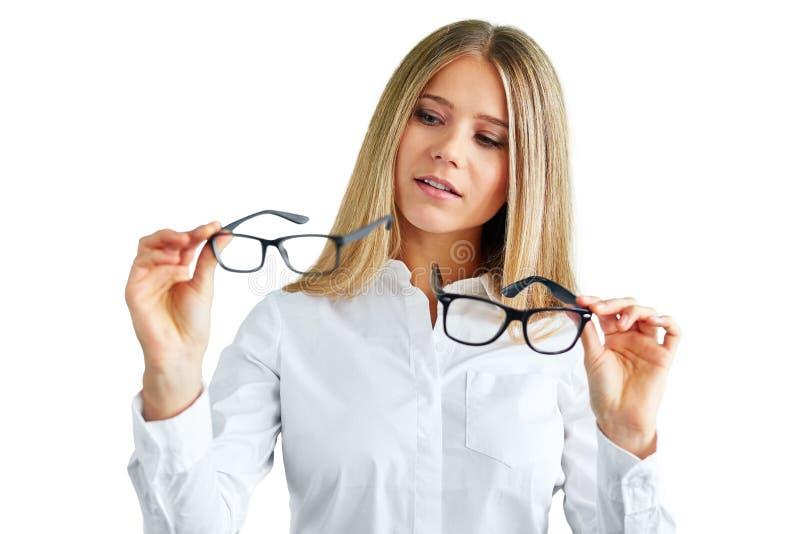Femme avec des verres d'isolement sur le blanc image libre de droits