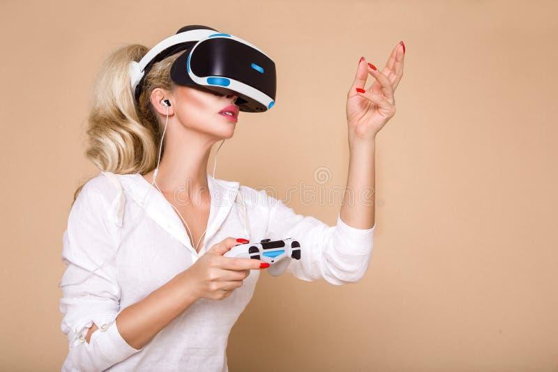Femme avec des verres de VR de réalité virtuelle Jeune fille dans le casque augmenté virtuel de réalité Casque de VR photo libre de droits