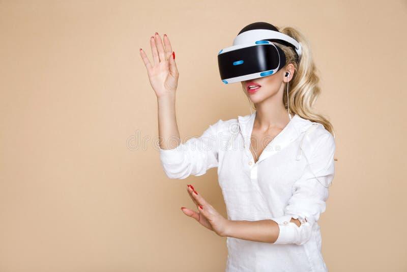 Femme avec des verres de VR de réalité virtuelle Jeune fille dans le casque augmenté virtuel de réalité Casque de VR photo stock